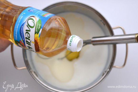 Влить в тесто кипяток. Быстро перемешать венчиком до однородного состояния. Влить растительное масло, всыпать соду. Хорошо перемешать. Дать тесту постоять минут 10-15.