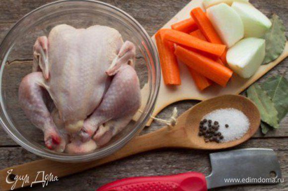 Сварить бульон из цыпленка с добавлением лука, моркови, лаврового листа и специй. Процедить. Нам понадобится 1 литр бульона, остальной можно заморозить.