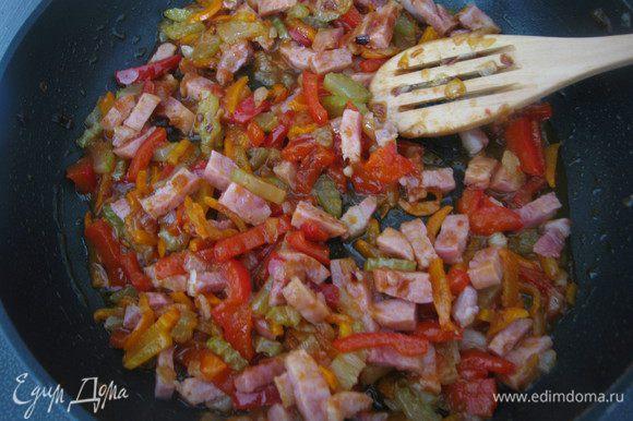 К овощам выкладываем бекон, карри, сацебели, держим на огне 2-3 минуты.