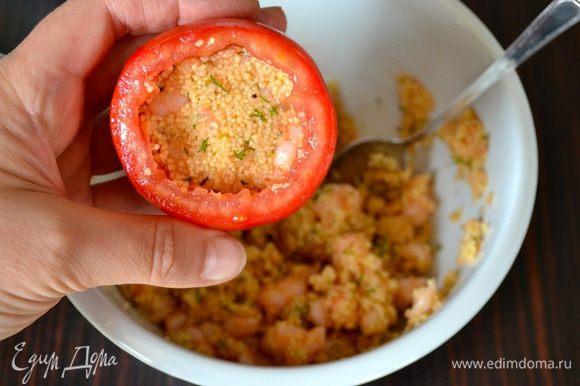 Наполнить помидоры полученной смесью на 2/3.