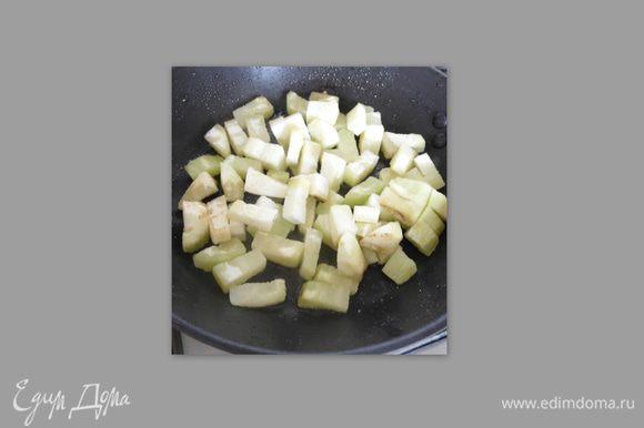 Начнём с баклажана: помыть, почистить, нарезать кубиками. На сковородку кладем нарезанный баклажан, налить немного масла, посолить, поперчить и выдавить чеснок, обжарить до готовности. Выложить на тарелку.