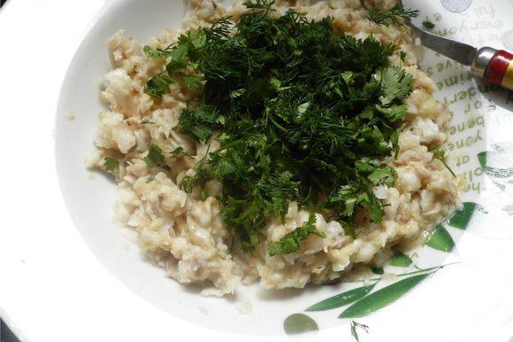 Соединить рыбу и баклажан, перемешать, добавить нарезанную зелень.