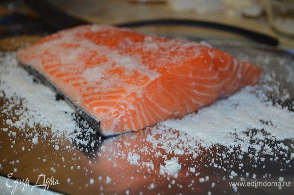 Смешать сахар и соль в пропорции 2:1. Две части соли и одна сахара. Посолить хорошенько семгу со всех сторон (пересолить не бойтесь, рыба возьмет соли столько, сколько ей надо). По желанию можно полить немножко коньячком. Лимон при засолке я не использую никогда, семга от него белеет. Оставить в тепле на пару-тройку часов, а затем убрать в холодильник на сутки.