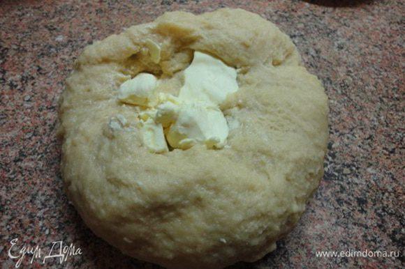 Влить яйца в мучную смесь и размешать в тестомесе или руками. Месить не менее 15 минут, пока тесто не станет эластичным. Я вымешивала на столе без добавления муки, как тесто для пельменей. А затем частями добавлять масло и опять вымешивать. Постепенно тесто будет становиться мягче и послушнее. На это уйдет минут 15-20.