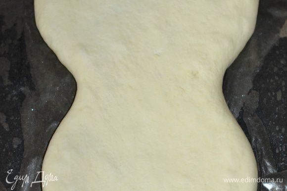 Накрыть получившейся заготовкой начинку. Края подвернуть не теряя формы. Смазать пирог смесью из яйца, 1 ч. л. сахара и 1 ст. л. воды. Выпекать без расстойки в заранее прогретой до 180 гр духовке до золотистого цвета.