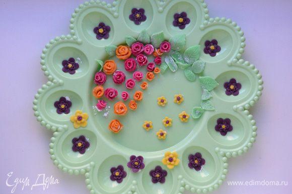 Розы делаем, вырезав 4-5 кругов диаметром 2 см. Положить круги друг на друга внахлест, свернуть рулетом, разрезать пополам. Получились 2 бутона розы. Руками расправить лепестки.