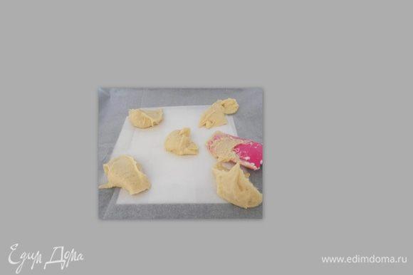 Должна получится масса напоминающий по консистенции мягкое сливочное масла. Берём бумагу для выпечки и на её поверхность выкладываем тесто.