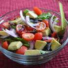 Листья молодые салатные смесь или шпинат молодой промыть, выложить в блюдо. Лук красный порезать тонко, помидорки черри разрезать на половинки. авокадо очистить и нарезать кубиками или дольками.