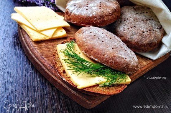 Особенно хороши они с маслом, сыром и чашечкой кофе..:) Приятного аппетита!)