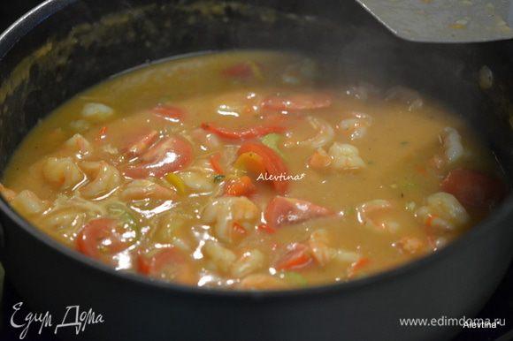 Перемешаем бульон. Добавим помидоры, крупные порежем на части, каджунскую специю, вустерширский соус. Готовим 20 мин. По окончанию времени добавим соль, черный перец по вкусу и соус пряный или несколько капель Табаско.