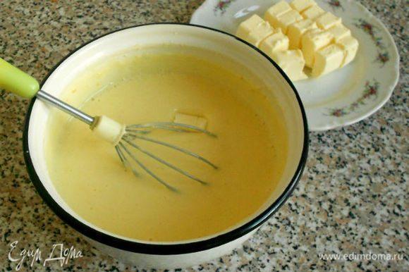 Снять смесь с бани и по кусочку добавить в неё холодное масло, хорошо размешивая и до полного расплавления предыдущего.