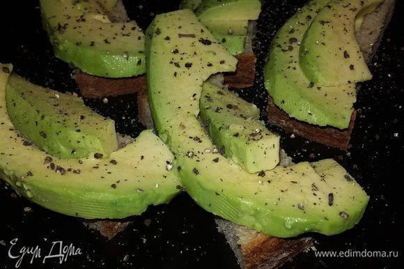 Черный хлеб режем небольшими кусочками. Выкладываем авокадо на хлеб, солим, перчим свежемолотым перцем. Наслаждаемся!