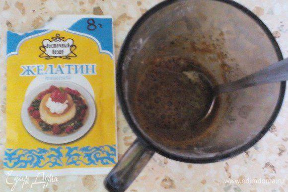 Дальше готовим кофейный слой. Берём 50 мл. молока. Буквально 1 ст.л молока подогреть в микро. Растворить в нём 1 ст.л кофе, влить остальное холодное молоко, всыпать желатин и набухать на 15 мин (я писала выше, что лучше сразу в начале это делать). Отдельно 150 мл молока подогреть (чтобы сахар/сгущёнка растворились)+50 г сгущёнки или 1 ст.л сахара на выбор (у меня домашняя вареная сгущенка) перемешать. Тоже можно взбить, напитать воздухом, чтобы было нежнее, хотя не обязательно.