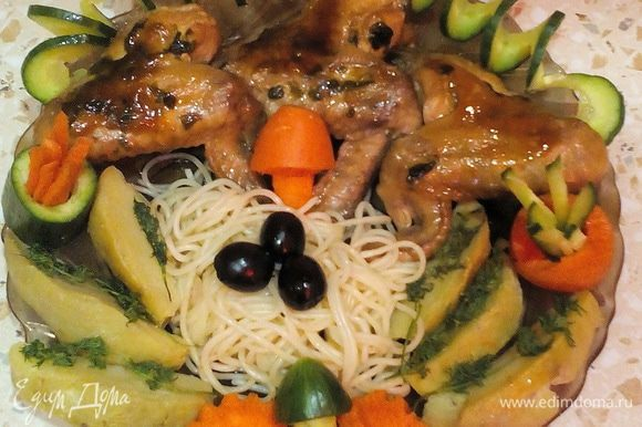 Выложить на блюдо спагетти горкой. Сверху положить крылышки и обязательно полить соусом! Картофель, запечённый в фольге или в микроволновке (или просто сваренный в мундире), разрезать на дольки, уложить по бокам и украсить укропом. Сделать нарезку из овощей (я пользовалась специальным набором для карвинга) и украсить блюдо. Полюбуйтесь в последний раз на летнюю слим-курочку и... Приятного аппетита!