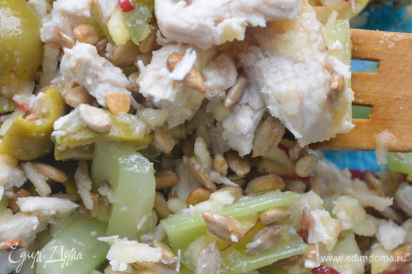 Соедините все продукты в салатнице, полейте оливковым маслом, перемешайте.