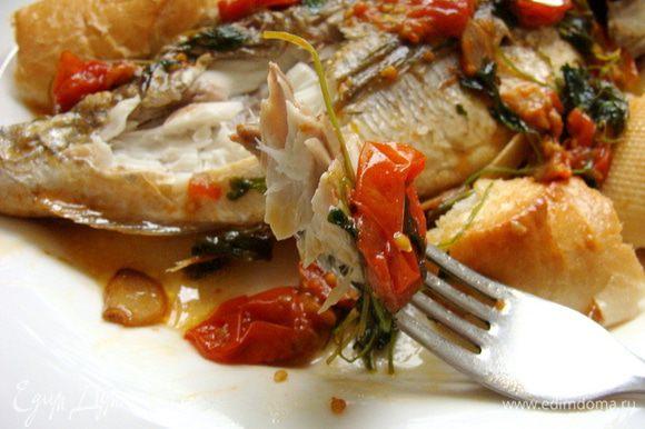 В оригинале рыбка подается с чиабаттой, у меня французский батон. Очень аппетитный кусочек :) Наслаждайтесь медленно! Это очень вкусно!