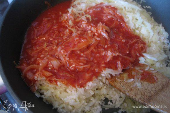 Туда же отправить томатный сок (можно использовать качественную томатную пасту, разведенную водой), соль, порошок карри. Тушить 10 минут.
