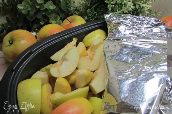 Яблоки выложить на противень, застеленный фольгой. Я выложила яблоки в огнеупорную форму. Яблоки накрыть фольгой. Поставить в духовку. Запекать при температуре 200 градусов до тех пор, пока яблоки не станут мягкими (примерно 40 минут).