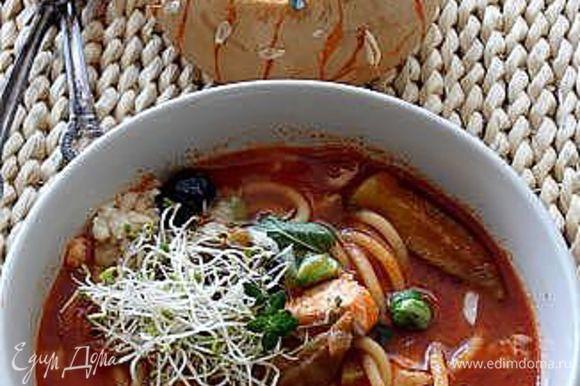 Если хотите подать в тыкве, то заполните тыкву супом и сверху положите кусочек рыбы, посыпьте сыром промазан и добавьте вяленые оливки, тоже самое проделайте с супом при подаче в тарелке.