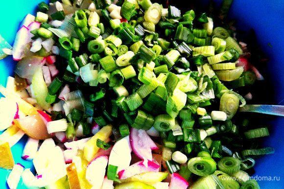 Смешиваем овощи, зелень, белки.