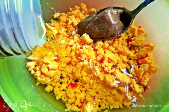 Влить масло для салатов 3-4 ложки.