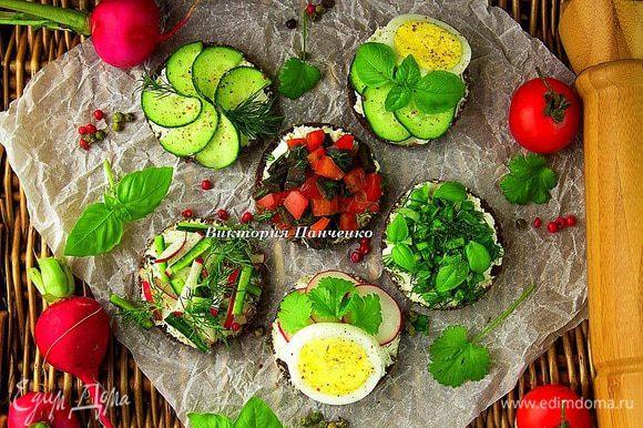 Готовые бутерброды сбрызнуть оливковым маслом (по желанию) и щедро посыпать свежемолотым перцем (у меня смесь розового и зеленого). Приятного отдыха!