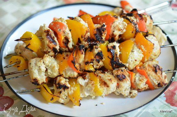 Подаем куриные шашлыки с кус-кусом или рисом, овощами. Приятного аппетита. Худеем вкусно.