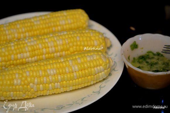 Очистим свежие початки кукурузы полностью.
