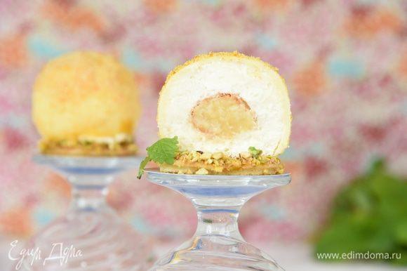 И в разрезе. Чудесный десерт – хрупкая шоколадная сфера, внутри нежнейший, в меру сладкий, крем и в центре ждет сюрприз – шу с приятной кислинкой цитрусового курда. Заканчиваем лакомиться - ароматным апельсиновым бисквитом, усыпанным орехами.