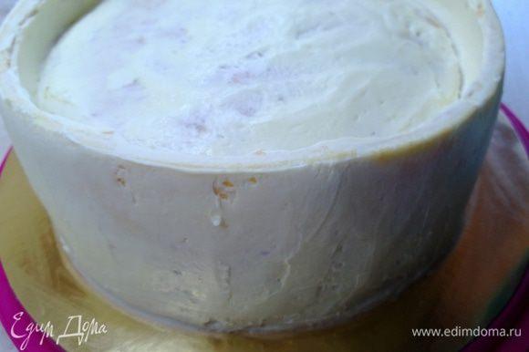 Сверху покрыть торт масляным кремом. Крем под мастику готовится так: Сливочное масло и сгущенное молоко, комнатной температуры взбить миксером до бела. Совет: очень важно, чтобы продукты были одной комнатной температуры и хорошего качества. Поставить в холодильник, чтобы крем застыл.