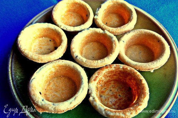 Для удобства воспользуемся готовыми несладкими мини тарталетками, в тесто которых добавлено немного тмина. Ну это латышская традиция, тмин здесь везде.