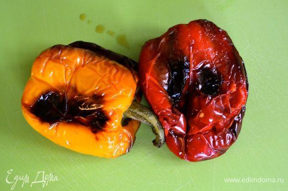 """Болгарские перцы вымыть, выложить на противень и запечь в разогретой до 200°C духовке до приобретения ими """"подпалин"""" (минут 30). Перцы достать из духовки, выложить в пакет и дать им остыть."""