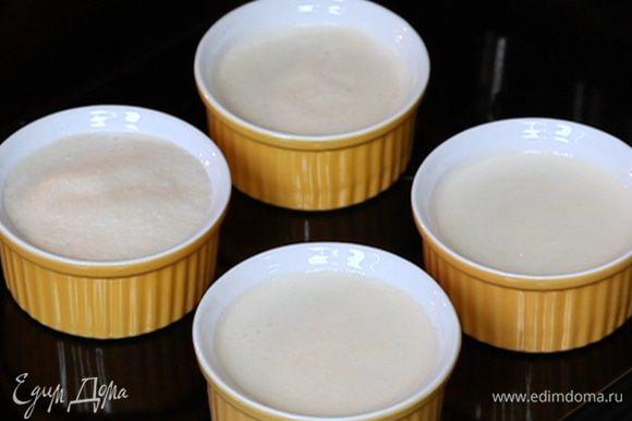 Формы поставить на глубокий противень и налить горячей воды до середины. Выпекать 45 минут. Затем остудить и убрать в холодильник на 7 часов или на ночь. При желании перед подачей сделать сахарную корочку.