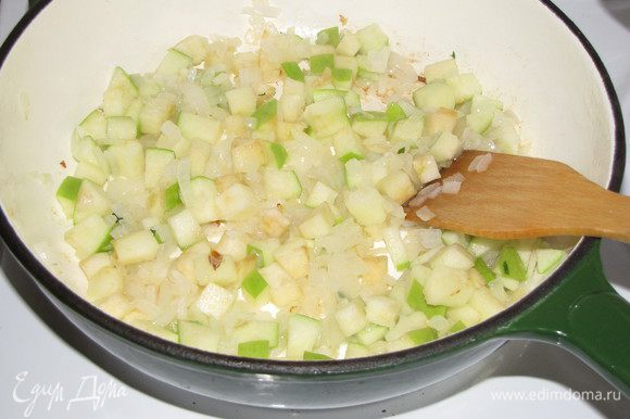 Затем добавить яблоко и жарить еще 1 минуту.