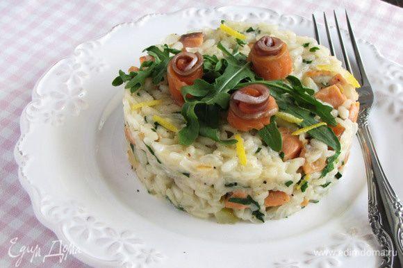 Разложить ризотто по тарелкам, украсить руколой и оставшимися ломтиками лосося. Сбрызнуть лимонным соком и сразу же подавать. Это очень, очень вкусно! Приятного аппетита!