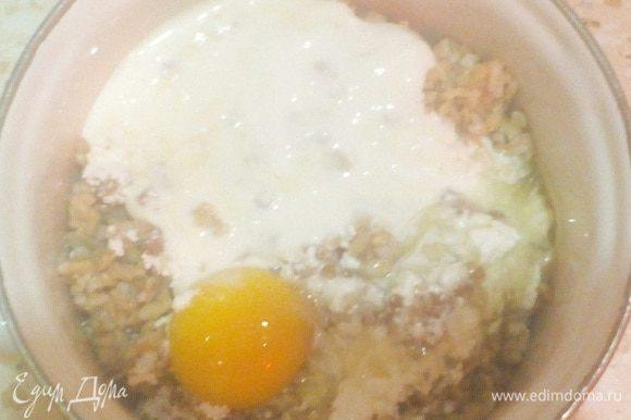 В кашу с творогом разбиваем яйцо, выливаем наш йогурт.