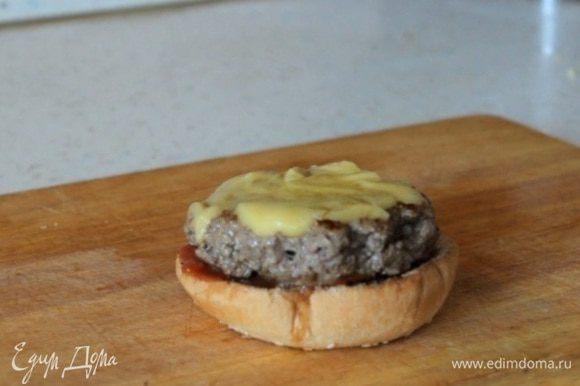 Собираем бургер. Обжариваем булку. Намазываем соус Барбекю. Кладем котлету с расплавленным сыром.