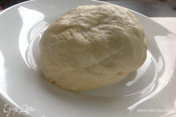 Муку просеять и перетереть с маслом в крошку. Добавить сметану, соль, разрыхлитель и замесить мягкое тесто. По необходимости добавляете муку, пока тесто не перестанет липнуть к рукам! Убрать тесто в холодильник на 15-20 минут.