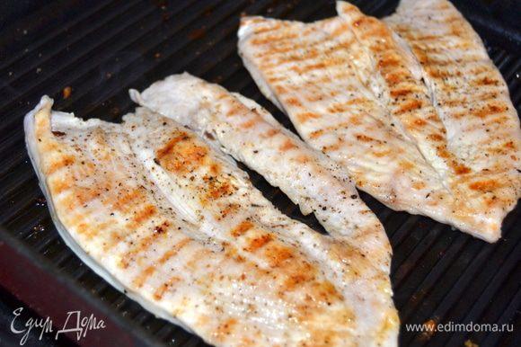На сковороде гриль обжарить с двух сторон филе. По 3-4 мин с каждой стороны.