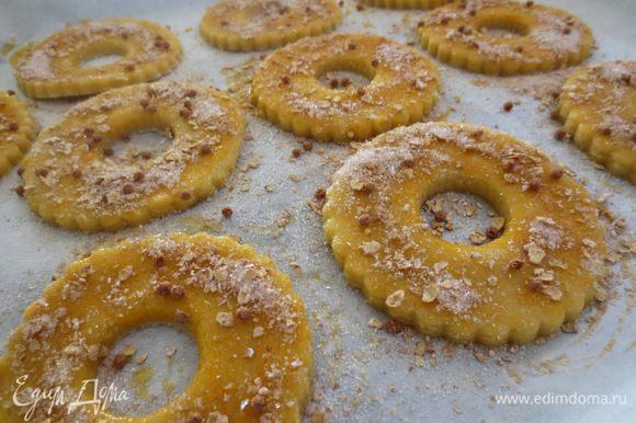 """Жареный арахис почистить и измельчить, смешать с крупным сахаром и посыпать сверху кольца. У меня не было арахиса, я смешала крупный сахар и шоколадные мюсли (""""корн-флекс"""")."""