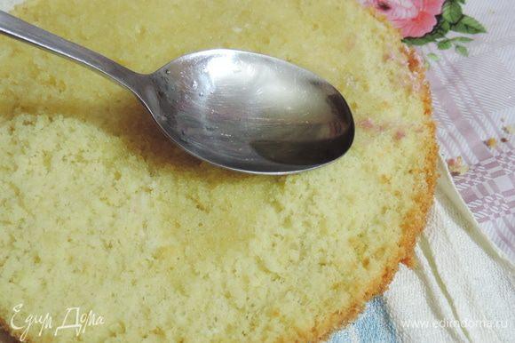 Бисквит для верхнего яруса я разрезала на два пласта и немного пропитала сиропом из воды, сахара и коньяка.