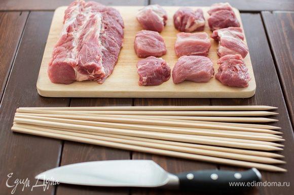 Первым делом - подготавливаем мясо к маринованию. Мясо должно быть комнатной температуры, поэтому выкладываем его из холодильника заранее. Перед нарезанием обязательно моем мясо. При нарезании мяса очень важно, чтобы куски получились не большими и не маленькими, т.к. в первом случаем мы рискуем получить не прожаренный внутри и сухой снаружи шашлык, а во втором – просто сухой. Идеальные куски – где-то 5х5 см, ну или около того.
