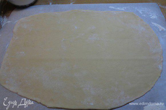 Раскатать тесто в большой прямоугольник, не обязательно ровный.