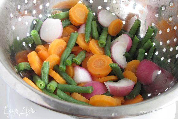 Вскипятить в кастрюле воду. Положит морковь и варить 5 минут. Добавить редис и стручковую фасоль, готовить еще 5 минут. Откинуть овощи на дуршлаг.
