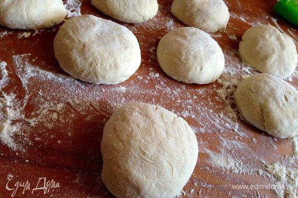 Сформировать булочки, уложить их на противень застеленный пергаментом и оставить на 30 минут в тепле.