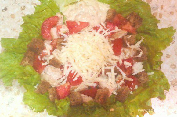 Достаём из холодильника уже густой соус, выкладываем на зелёный салат или непосредственно на весь салат.