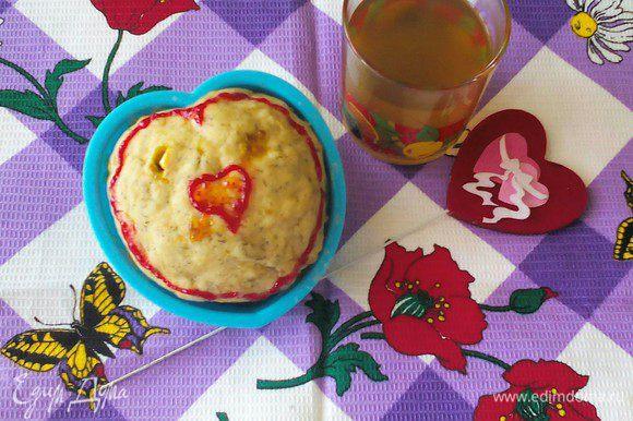 """Этот кекс украшен гелями под """"Разбитое сердце"""" (в силиконовой формочке-сердечке). Не правда ли, быстрый простой и вкусный сюрприз на День Влюблённых, например."""