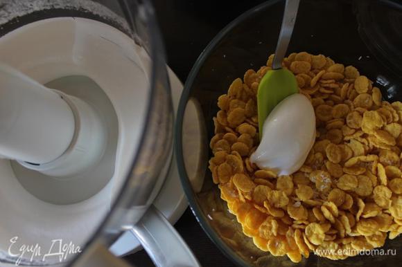 Взбиваем белки, постепенно добавляя сахар, смешанный с ванилином.