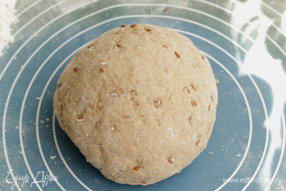 Замесите тесто, дайте ему отдохнуть мин 15, затем сделайте второй замес, тесто выглядит довольно плотным, но при нажатии должно быть мягким.