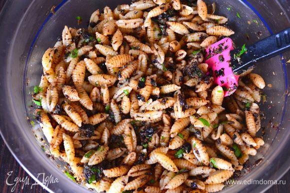 Выложить пасту в миску, добавить к ней приготовленный соус из маслин и каперсов и перемешать (при необходимости добавить еще пару ложек оливкового масла).